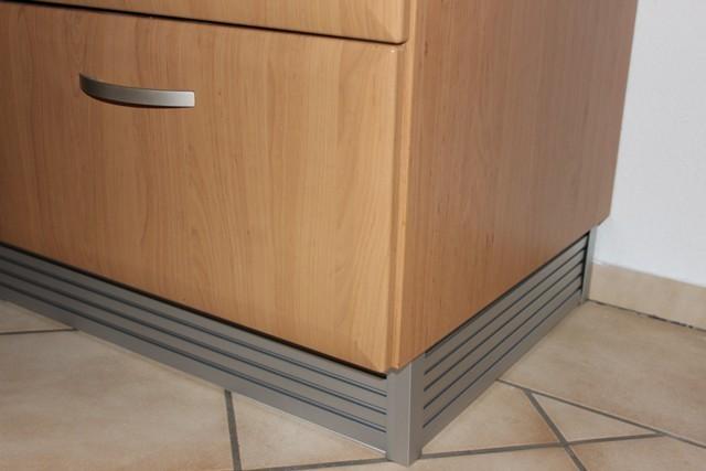 eckabschluss k chensockel silber. Black Bedroom Furniture Sets. Home Design Ideas